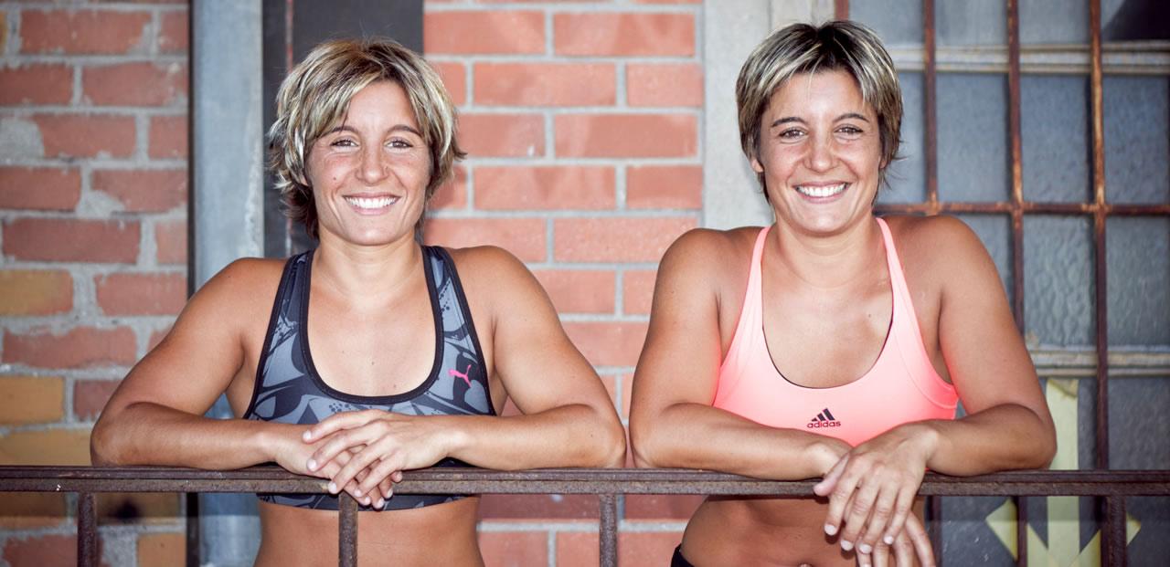 souriantes, accoudées à une balustrade